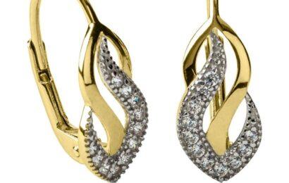 Krása zlatých šperků umí podtrhnout vzhled každé ženy